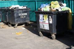 minsk _ Mars 9, 2019 utomhus behållare med mycket avfall Det finns fåglar inte sorterat royaltyfri fotografi