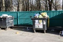 minsk _ Mars 9, 2019 utomhus behållare med mycket avfall Det finns fåglar inte sorterat arkivfoton