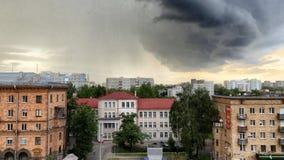 Minsk, Minsk, Bielorrusia el 1 de julio de 2017; Asalte la advertencia, nube de tormenta sobre la ciudad Imagen de archivo libre de regalías