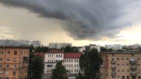 Minsk, Minsk, Bielorrusia el 1 de julio de 2017; Asalte la advertencia, nube de tormenta sobre la ciudad Fotos de archivo
