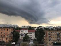 Minsk, Minsk, Bielorrusia el 1 de julio de 2017; Asalte la advertencia, nube de tormenta sobre la ciudad Fotos de archivo libres de regalías