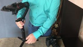 MINSK, MINSKAYA, BIELORRÚSSIA 11 DE JULHO DE 2019, um blogger dispara em uma revisão video em um estabilizador eletrônico da três filme
