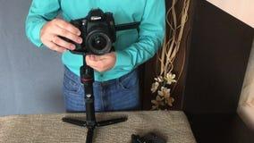 MINSK, MINSKAYA, BIELORRÚSSIA 11 DE JULHO DE 2019, um blogger dispara em uma revisão video em um estabilizador eletrônico da três vídeos de arquivo