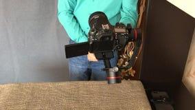 MINSK, MINSKAYA, BIELORRÚSSIA 11 DE JULHO DE 2019, um blogger dispara em uma revisão video em um estabilizador eletrônico da três video estoque