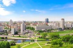 Minsk Nemiga utsikt av segrare, hus av handel - union, hotell, parkerar Flyg- sikt, vår, Maj 20, 2017 _ royaltyfri bild