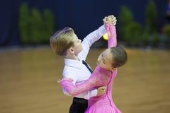 MINSK OKTOBER, 21: Barnsliga danspar Royaltyfri Fotografi