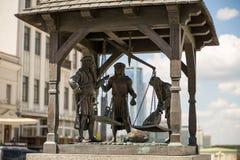 Minsk, republika brąz statuy średniowieczni handlarzi waży towary na głównym placu stary miasto Maj 2016 zdjęcie stock