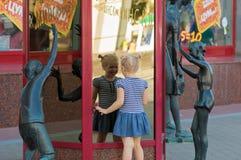 Minsk-Stadt, Weißrussland - 6. August 2016: Lachendes Kind nahe Skulpturen das zentrale Kaufhaus Lizenzfreie Stockfotografie
