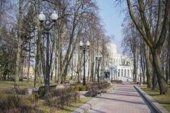 Minsk: Teatralny fyrkant och opera- och balettteater royaltyfri fotografi