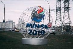 Minsk Vitryssland - April 21, 2019: kantarell-maskot av de 2nd europeiska lekarna på gatan av Minsk arkivfoton