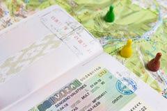 Minsk Vitryssland - April 14, 2018: Schengen visum i pass och översikt av Europa med markörer och beteckningar av ställen för tur Arkivfoto