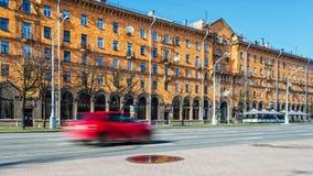 Minsk Vitryssland - April 15, 2017: Självständighetaveny, cityscape med snabb-flyttning bilar Fotografering för Bildbyråer