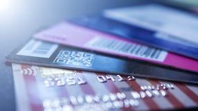 Minsk Vitryssland, August/05/2017: Kreditkort plast- kort, rabattkort Plånbok handväska arkivbilder