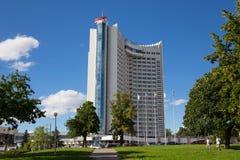 MINSK VITRYSSLAND - AUGUSTI 15, 2016: Byggnaden av den Vitryssland för mång--våning hotell` `en, Arkivfoton