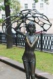 MINSK VITRYSSLAND - AUGUSTI 01, 2013: ` För stadsbronsskulptur flickan med en paraply` av skulptören Vladimir Zhbanov Arkivbild