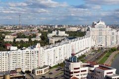 MINSK VITRYSSLAND - AUGUSTI 15, 2016: Flyg- sikt av den södra delen av Minsken med den nya skyskrapan och andra byggnader fotografering för bildbyråer