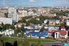 MINSK VITRYSSLAND - AUGUSTI 15, 2016: Flyg- sikt av den sydöstliga delen av Minsken med gamla sovjetiska byggnader Royaltyfri Foto