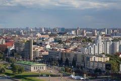 MINSK VITRYSSLAND - AUGUSTI 15, 2016: Flyg- sikt av den sydvästliga delen av Minsken med färgrika gamla och nya höga byggnader fotografering för bildbyråer