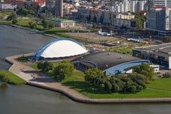 MINSK VITRYSSLAND - AUGUSTI 15, 2016: Flyg- sikt av sportkomplexet och skridskoåkningisbanan nära den Minsk sportslotten royaltyfria foton