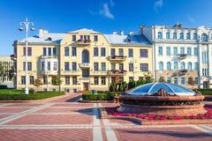 Minsk Vitryssland, byggnader på självständighetfyrkant på sommardag arkivfoto