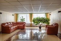 MINSK VITRYSSLAND - DECEMBER, 2014: inom inre i guestroomkorridor med soffan arkivfoton