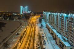 MINSK VITRYSSLAND - DECEMBER 2018: ljus av nattstaden Ljus skyskrapa i vinterlandskap arkivbild
