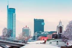 Minsk Vitryssland-December 10 2017: Vinterstadslandskap Sikt av moderna mång--våning byggnader i centret Royaltyfri Bild