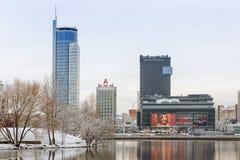 Minsk Vitryssland-December 10 2017: Vinterstadslandskap Sikt av moderna mång--våning byggnader i centret Arkivfoton