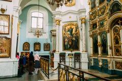 Minsk, Vitryssland Församlingsboer som ber i domkyrka av den heliga anden Arkivfoto