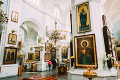 Minsk, Vitryssland Församlingsboer som ber i domkyrka av den heliga anden Royaltyfri Bild