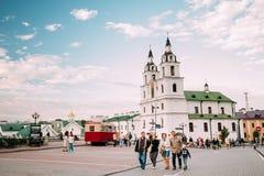 Minsk, Vitryssland Familjfolk som går nära domkyrkan av helgedomen Fotografering för Bildbyråer