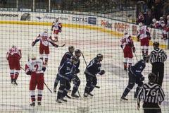 Minsk Vitryssland, 09 01 2018 - hockeymatch Dinamo Minsk Vitryssland - Lokomotiv Yaroslavl Ryssland Royaltyfria Foton