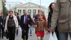 Minsk Vitryssland - iune 25, 2014: Folket av olika åldrar som går under dag, pendlar stock video
