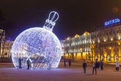 Minsk Vitryssland - januari 9, 2018: Berömgarneringar och ljus på fyrkanten i festliga Minsk för jul arkivbilder