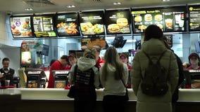 Minsk Vitryssland, Januari 8, 2018: Folkbeställningsmat i en restaurang för McDonald ` s stock video