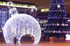 Minsk Vitryssland - januari 9, 2018: Natt Minsk i tid för jul och för nytt år Dekorerat julträd på generalfyrkant arkivbild