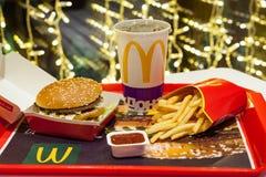 Minsk Vitryssland, Januari 3, 2018: Stor Mac-hamburgaremeny i en restaurang för McDonald ` s Arkivfoto