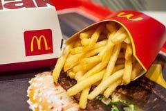 Minsk Vitryssland, Januari 3, 2018: Stora Mac Box med logo för McDonald ` s och pommes frites i restaurang för McDonald ` s Royaltyfri Foto