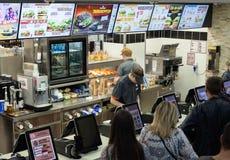 Minsk Vitryssland, juli 18, 2017: Burger King snabbmatrestaurang Folkbeställningsmat i en restaurang Burger King Royaltyfri Fotografi