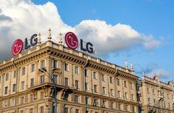 MINSK VITRYSSLAND - juli 19, 2017: Logo av LG på taket av byggnad Royaltyfria Bilder