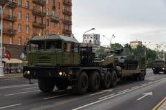 Minsk Vitryssland - Juli 1, 2019: militär utrustning i centret på en repetition för ståtar av självständighetsdagen av arkivfoton
