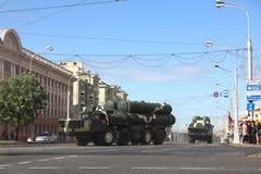 Minsk Vitryssland - Juli 3, 2019: militärfordon på dess väg till ståtar av självständighetsdagen av Vitryssland på Juli 3rd royaltyfri bild
