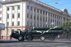 Minsk Vitryssland - Juli 3, 2019: militärfordon på dess väg till ståtar av självständighetsdagen av Vitryssland på Juli 3rd fotografering för bildbyråer