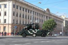 Minsk Vitryssland - Juli 3, 2019: militärfordon på dess väg till ståtar av självständighetsdagen av Vitryssland på Juli 3rd royaltyfri foto