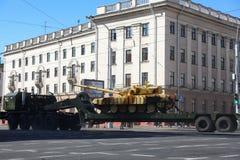 Minsk Vitryssland - Juli 3, 2019: militärfordon på dess väg till ståtar av självständighetsdagen av Vitryssland på Juli 3rd arkivbild