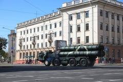 Minsk Vitryssland - Juli 3, 2019: militärfordon på dess väg till ståtar av självständighetsdagen av Vitryssland på Juli 3rd arkivbilder