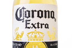 MINSK VITRYSSLAND - JULI 10, 2017: NärbildCorona Extra öl som isoleras på vit, ett av desäljande ölen är över hela världen, en bl royaltyfri foto