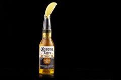 MINSK VITRYSSLAND - JULI 10, 2017: Redaktörs- foto av flaskan av Corona Extra öl som isoleras på svart, en av överkant-sälja Royaltyfri Fotografi