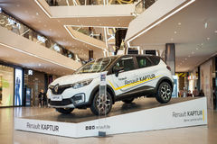 Minsk Vitryssland, juli 9, 2017: Renault Captur på podiet på `en för köpcentrum`-galleri, Royaltyfria Bilder