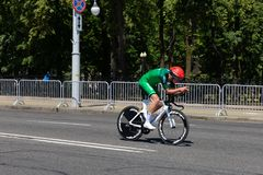 MINSK VITRYSSLAND - JUNI 25, 2019: Cyklisten från Irland på den Pinarello cykeln deltar i delade män startar det individuella lop arkivfoto